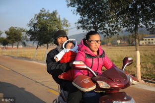 身旁是他的妻子张凤,27岁。