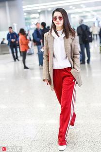 李沁红色运动裤搭配西装外套时髦混搭