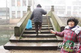 柯桥红木桥上趴着一个人79岁老人摔倒没人敢扶