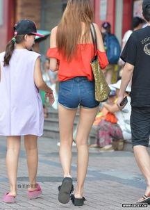 街拍紧身牛仔短裤好身材美女