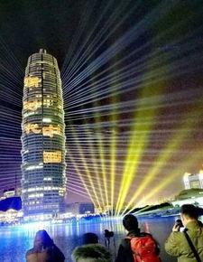 全国范围撒网,找到了9个超长焦镜头,郑州的跨年夜灯光秀启用了8个,另外此次灯光秀共调用了8台4k投影机、9台激光设备和将近400台其他灯光设备,以保证演出的精彩呈现.