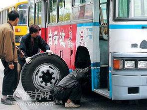 行驶巴士车轮突飞 车上乘客无一受伤
