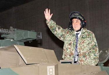 安倍登上日本10式坦克.(