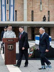 以色列总统佩雷斯向前总理沙龙的棺椁献花圈