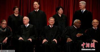资料图:美国最高法院法官合影,大法官鲁斯·巴德·金斯伯格位于前排左一.