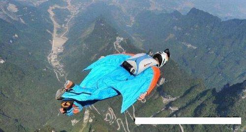 该失联翼装飞行员安安,曾在国外经过系统的翼装飞行专业训练,有数百次翼装飞行和高空跳伞经验.