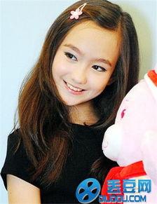 挥着翅膀的女孩香奈儿演唱 央视小童星已出落成混血大美女