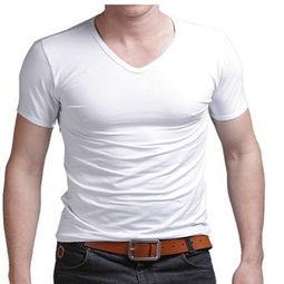 短袖t恤怎样搭配黑色短裙