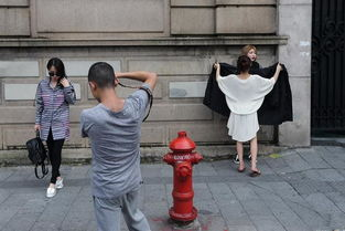 图为网店模特当街换装.