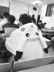 @武汉工程大学校报记者团:天变凉啦,一哥们儿身着皮卡丘睡衣来上课,保暖卖萌两不误.