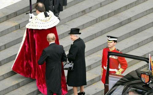 撒切尔夫人的葬礼遗愿不要国葬,女王破例出席,但现场笑容满面