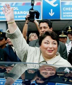 12月12日,秘鲁总统托莱多突然要求女总理梅里诺及全体内阁成员辞职.