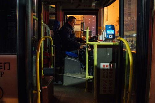 支付宝官方宣布7城市今起可免费乘坐深夜公交