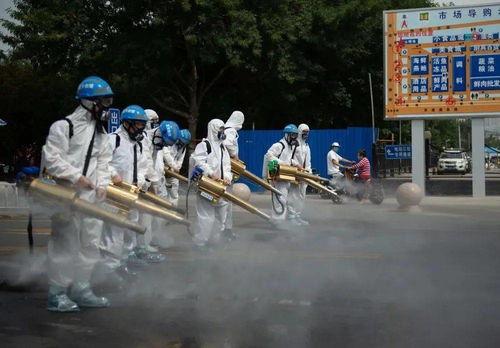 ↑6月16日,北京蓝天救援队队员在岳各庄批发市场开展消杀作业.