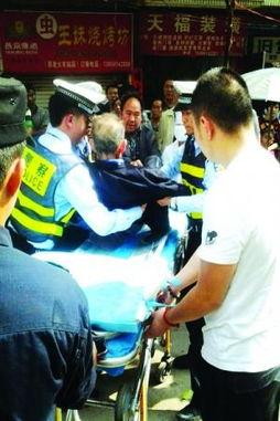 七旬老人街头摔倒无人敢扶交警赶来扶起送医