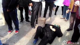 郑州街头一老人摔倒无人扶120称不作为反立功