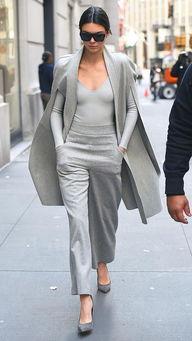 ▲超模肯达尔詹娜(kendalljenner)穿着灰色斗篷搭配一身灰,气场十足.
