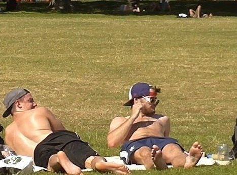 英国女子穿内裤逛公园,测试路人反应