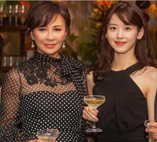 54岁刘嘉玲与26岁章泽天同框,终于见识最高级的少女感