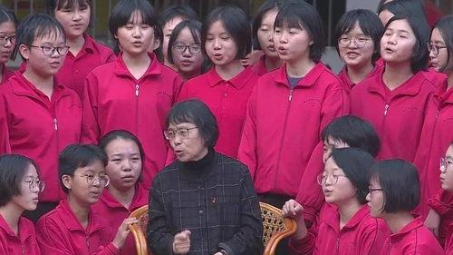 张桂梅和她的学生一起