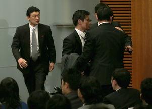 日本新任官房副长官记者会上晕倒