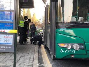 突发上塘路石灰坝公交车进站时撞到路人警方正在勘验现场