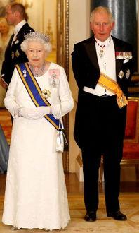 王室专家英女王95岁会让位查尔斯,菲利普亲王成关键,哈里梅根很虚伪