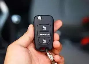 大众的车钥匙按的时候闪红灯