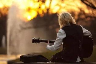 学弹吉他的动作描写