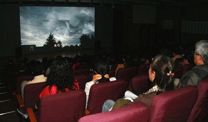 工会组织看电影稿件