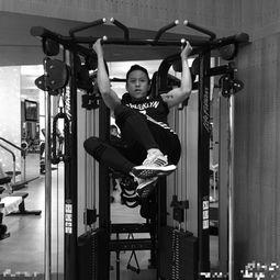 邓超晒搞怪健身照似耍猴肌肉紧实
