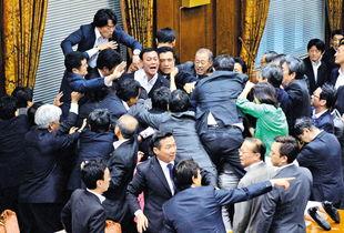 17日,在日本东京国会参议院,在野党议员阻止特别委员会表决安保法案.