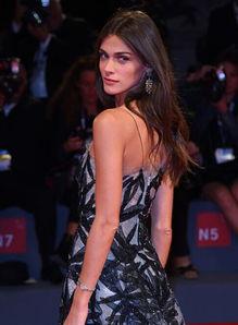 在威尼斯电影节的《德帕尔马》首映礼上,伊丽莎·瑟娜薇佩戴buccellati吊坠耳环亮相.