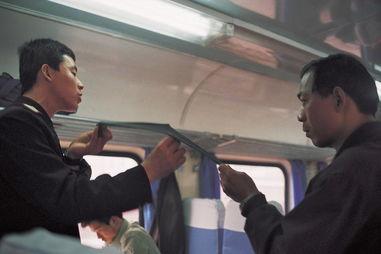 2003年3月,在河南洛阳开往郑州的火车上,列车员正在向乘客推销袜子。