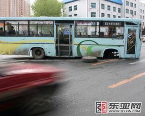公交车转弯把前轮拐掉