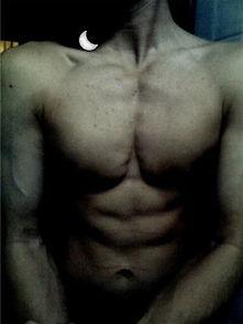 健身的线条肌肉