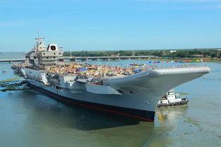 印度国产航母冲破淤泥驶出船坞