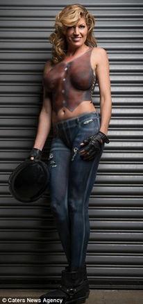 运动员裸身彩绘打造人体摩托车