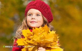 双手捧着树叶的女孩