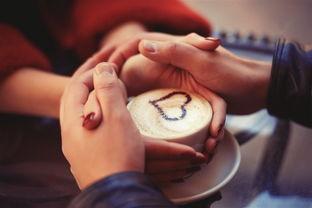 双手捧着咖啡摄影图片