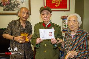 八一前夕 书画家蔡亮宏向长沙老红军赠送印章