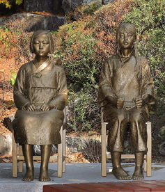 △中韩两国艺术家共同制作的慰安妇少女像