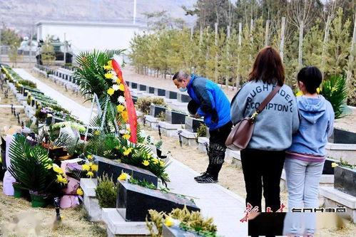 张光明告诉记者,连日来,陈红军的英雄事迹感动着无数人,最近他和同事每天都会收到来自全国各地委托向陈红军烈士敬献鲜花代为祭奠的单子。