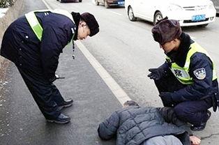 老人晕倒路边获巡警救助