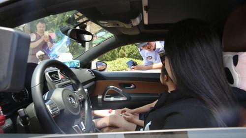 太奇葩女司机执法现场索要蜀黍联系方式