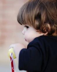 4岁小话痨网络爆红 盘点世界各地的超萌宝贝