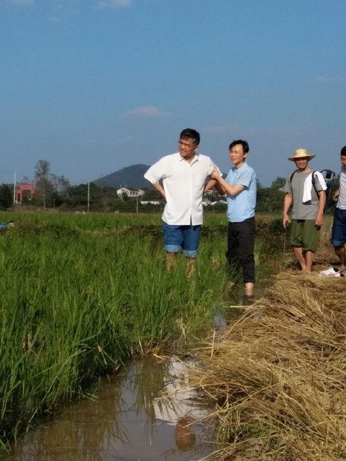 据悉,电影《赵亚夫》是以时代楷模、全国道德模范、全国优秀领导干部赵亚夫为原型,影片将真实还原赵亚夫凭着对农业、农民的热爱,五十多年如一日工作在农业一线,帮助农民发展高效农业,改变农村面貌,带领农民共同致富的感人故事。(/)