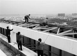 随着经济发展,湛江的高楼大厦不断增多,不少商家纷纷采用户外广告的宣传方式,张挂在靠大路边的高楼中,使企业及其产品与服务的品牌向大众进行传播.
