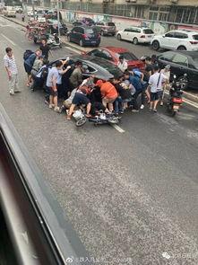 海淀街头惊险一幕女子被压轿车底,公交司机一声吼