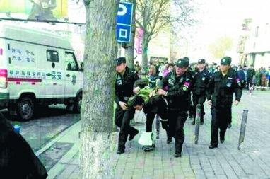 男子持枪抢运钞车被保安开枪击中当场被擒